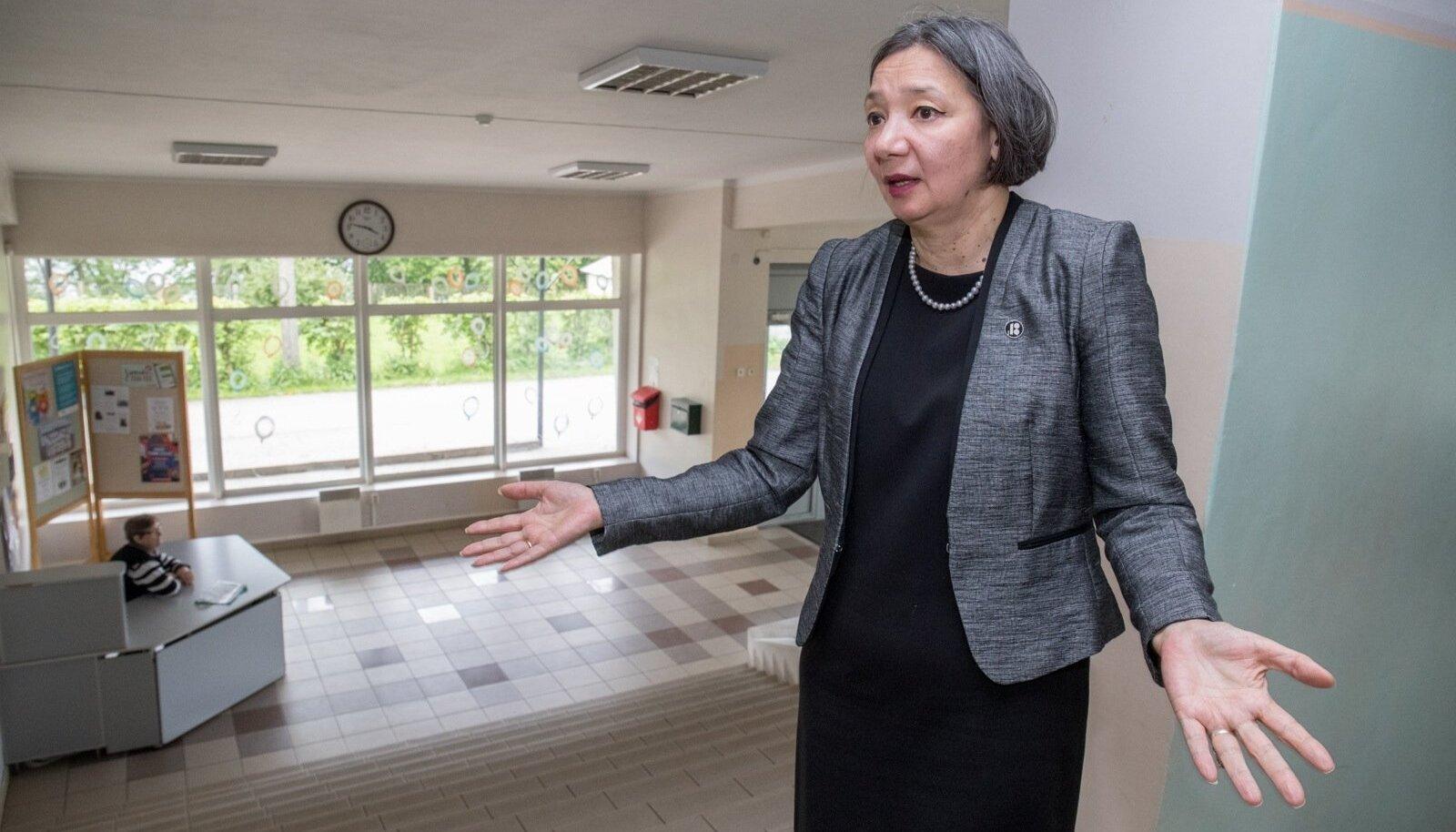 Sillamäe vanalinna kooli direktor Irina Lju ütleb, et koolil ei lasu kohustus jälgida, mida lapsed suvel teevad.