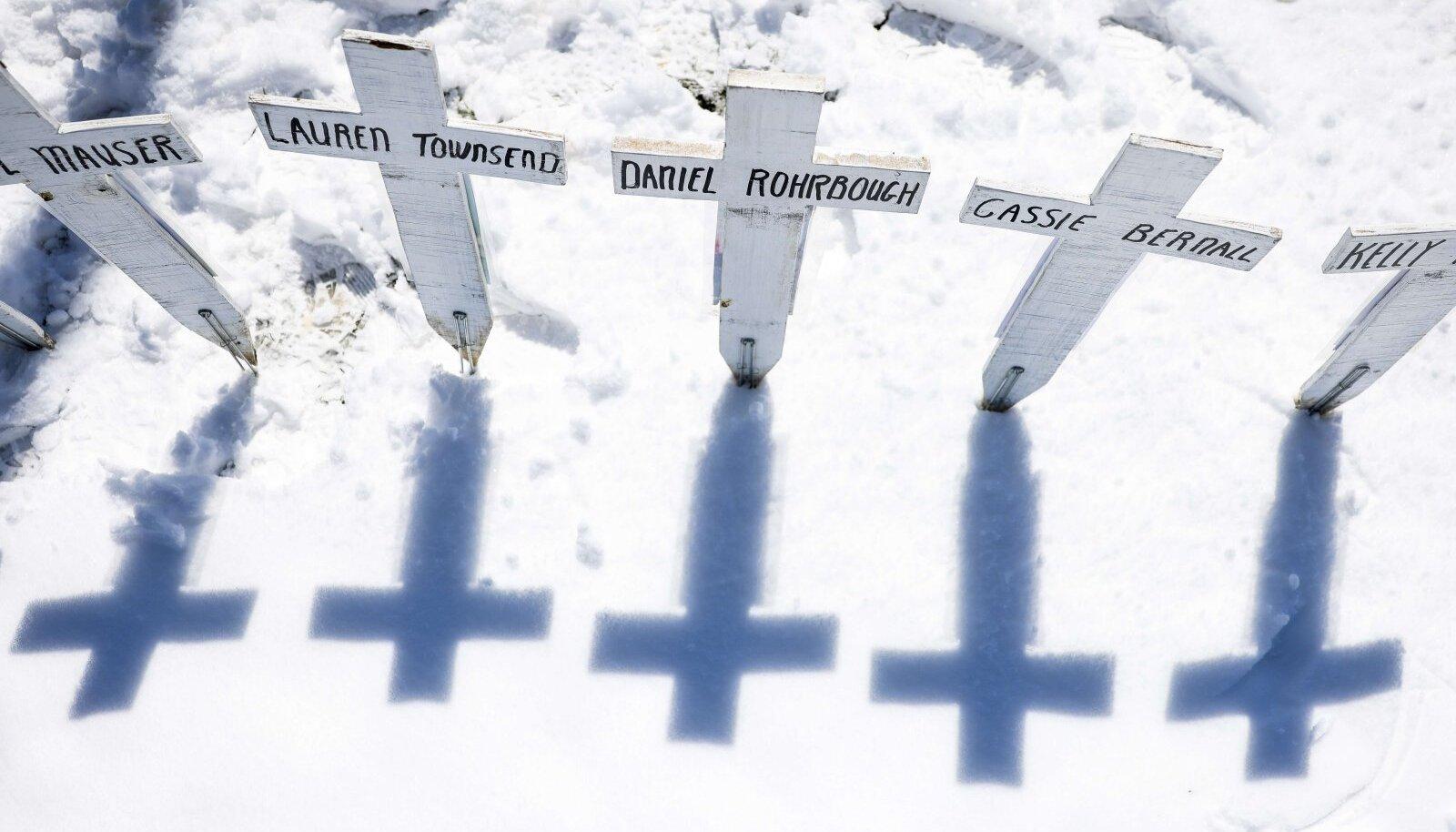 """Кресты с именами жертв массового расстрела в школе """"Колумбайн"""""""