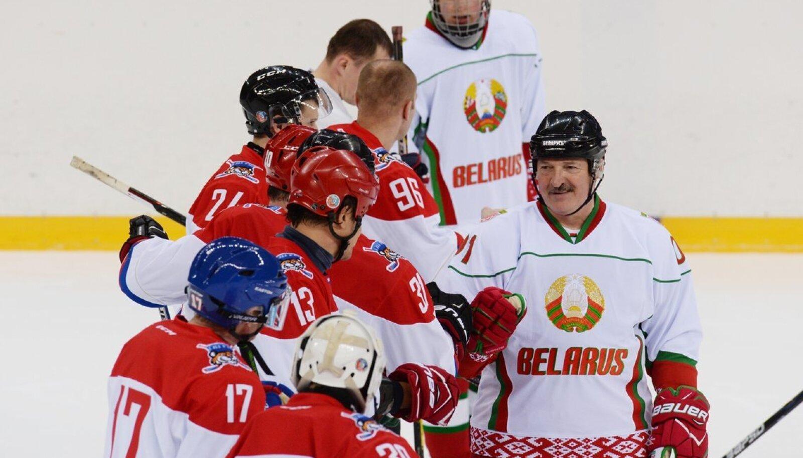 Александр Лукашенко (справа) - большой любитель хоккея