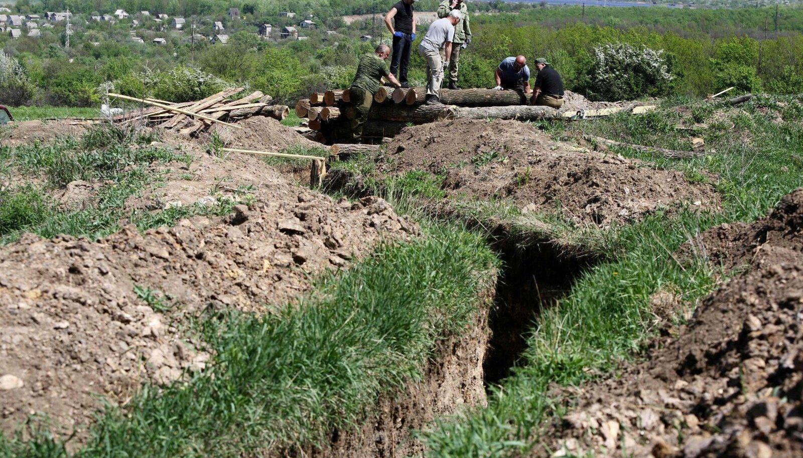 Separistid Donetski lähedal tankitõrjekaevikuid ehitamas.