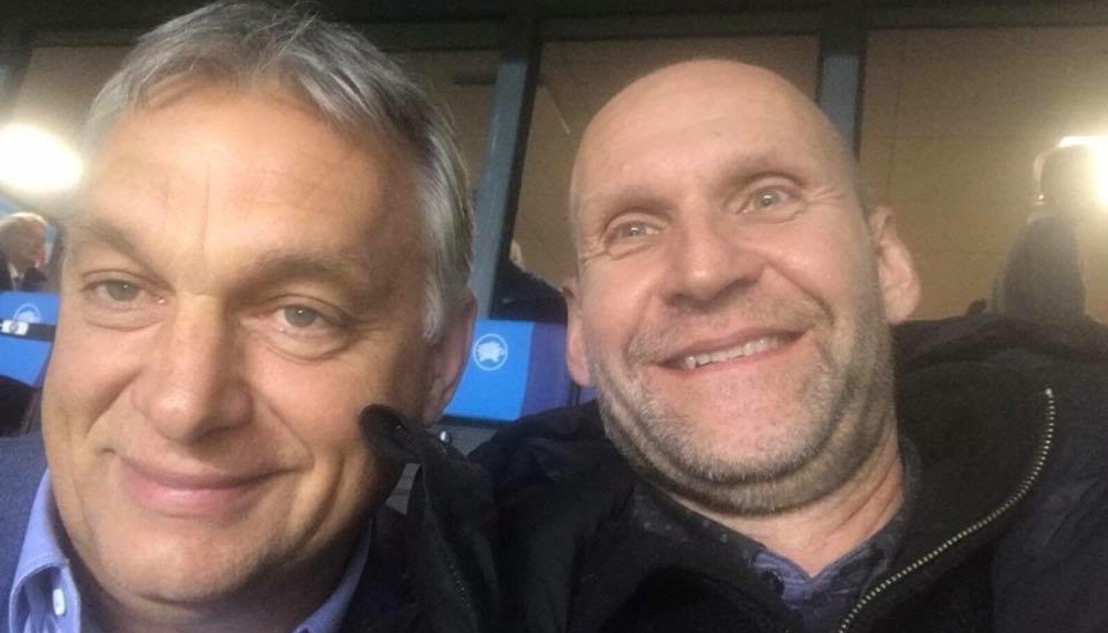 Ungari peaminister Viktor Orbán ja Isamaa esimees Helir-Valdor Seeder vaatavad Lilleküla staadionil Eesti-Ungari jalgpallimängu.