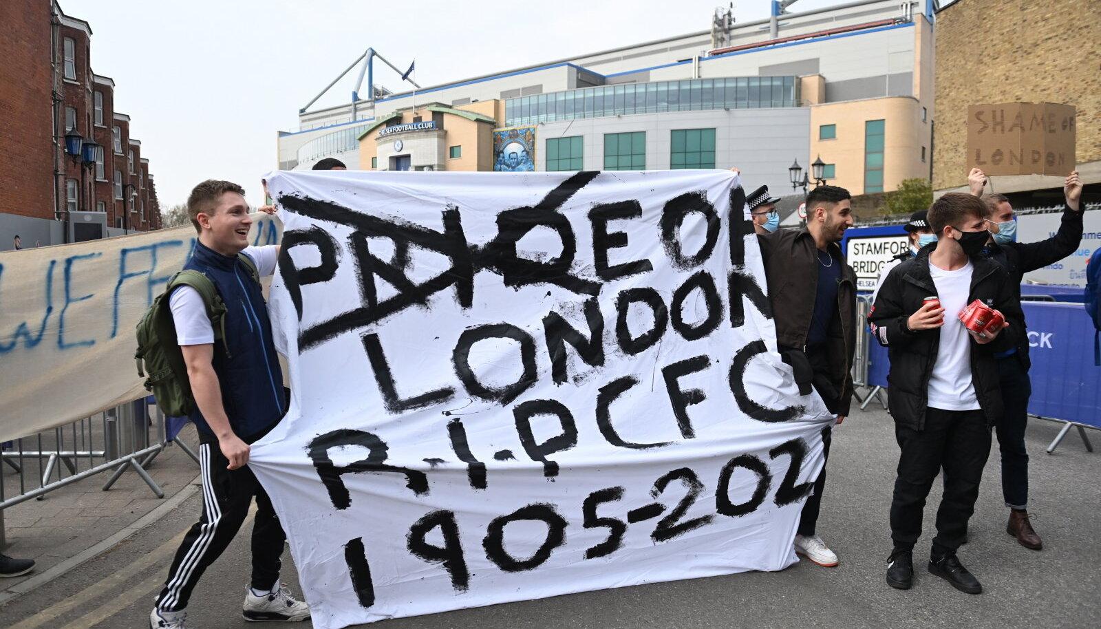 Londoni Chelsea fännid meelt avaldamas.