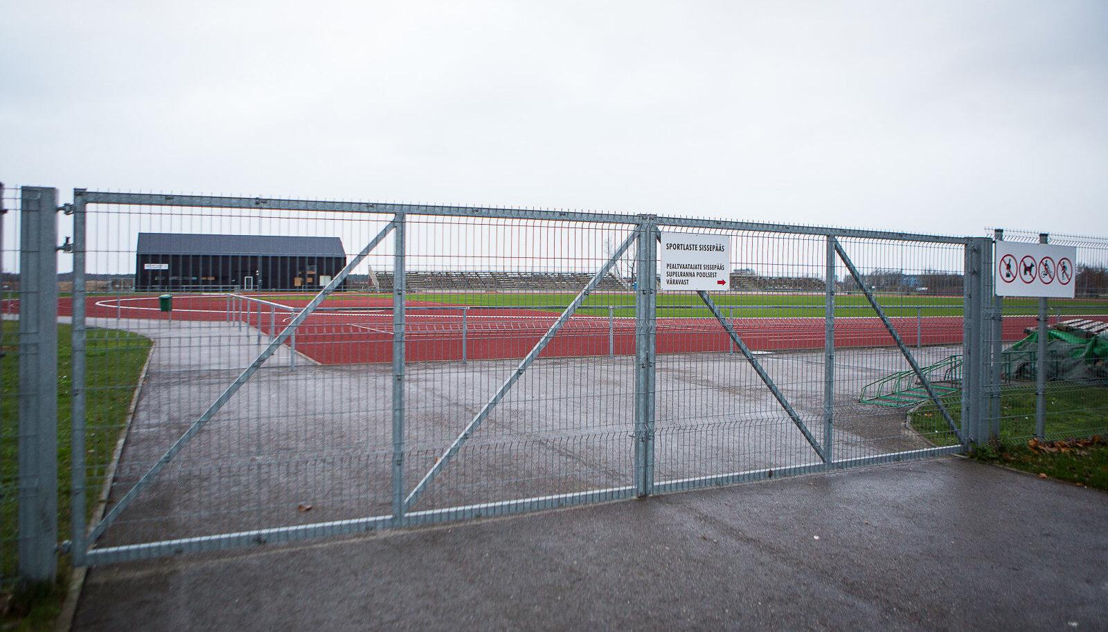 Kuressaare linnastaadioni lukustatud värav on tekitanud spordilembelistes inimestes vastakaid tundeid staadioni renoveerimisest saadik.
