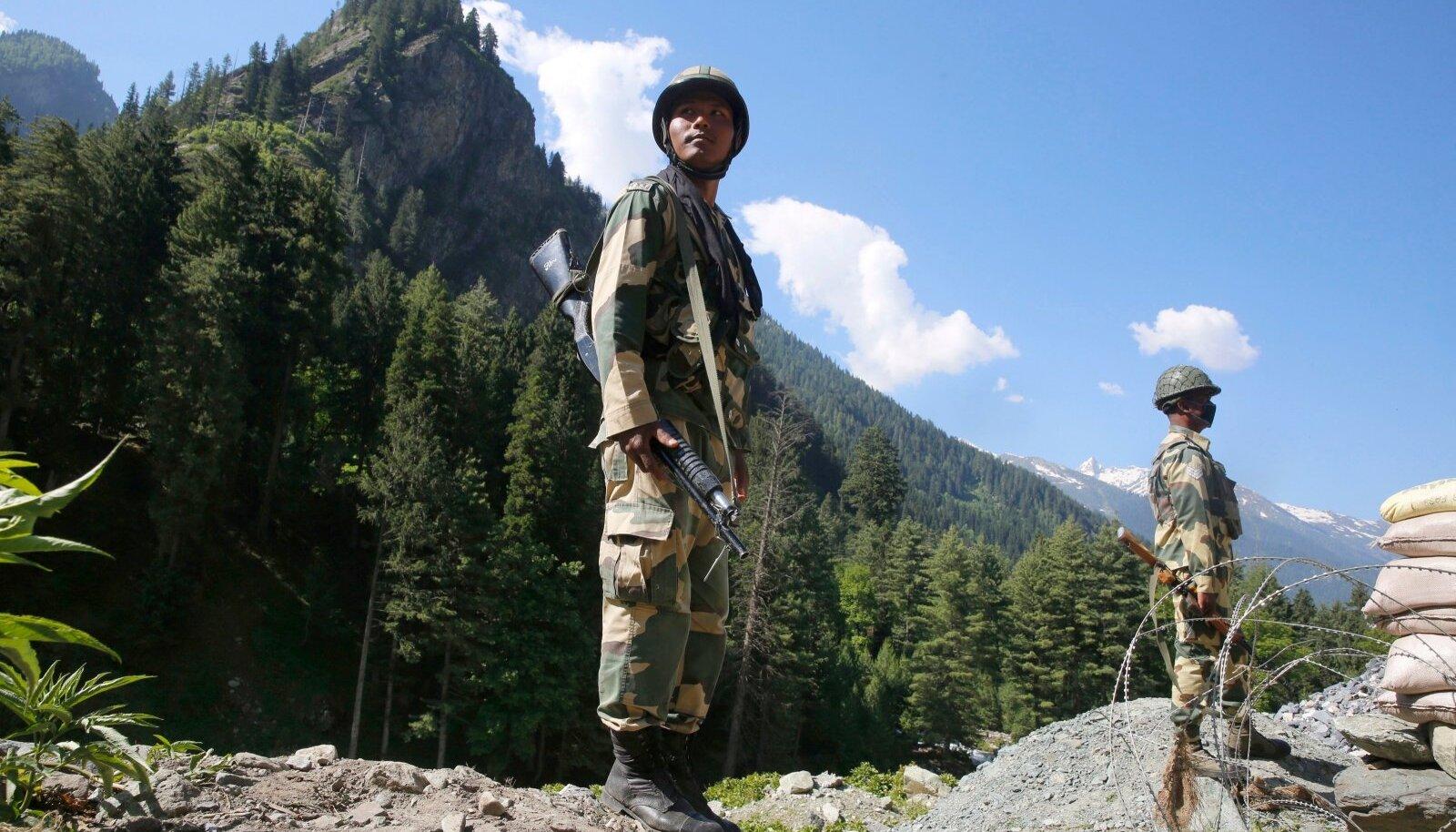 India relvajõud valvasid eile vaidlusaluste alade poole viivat maanteed.