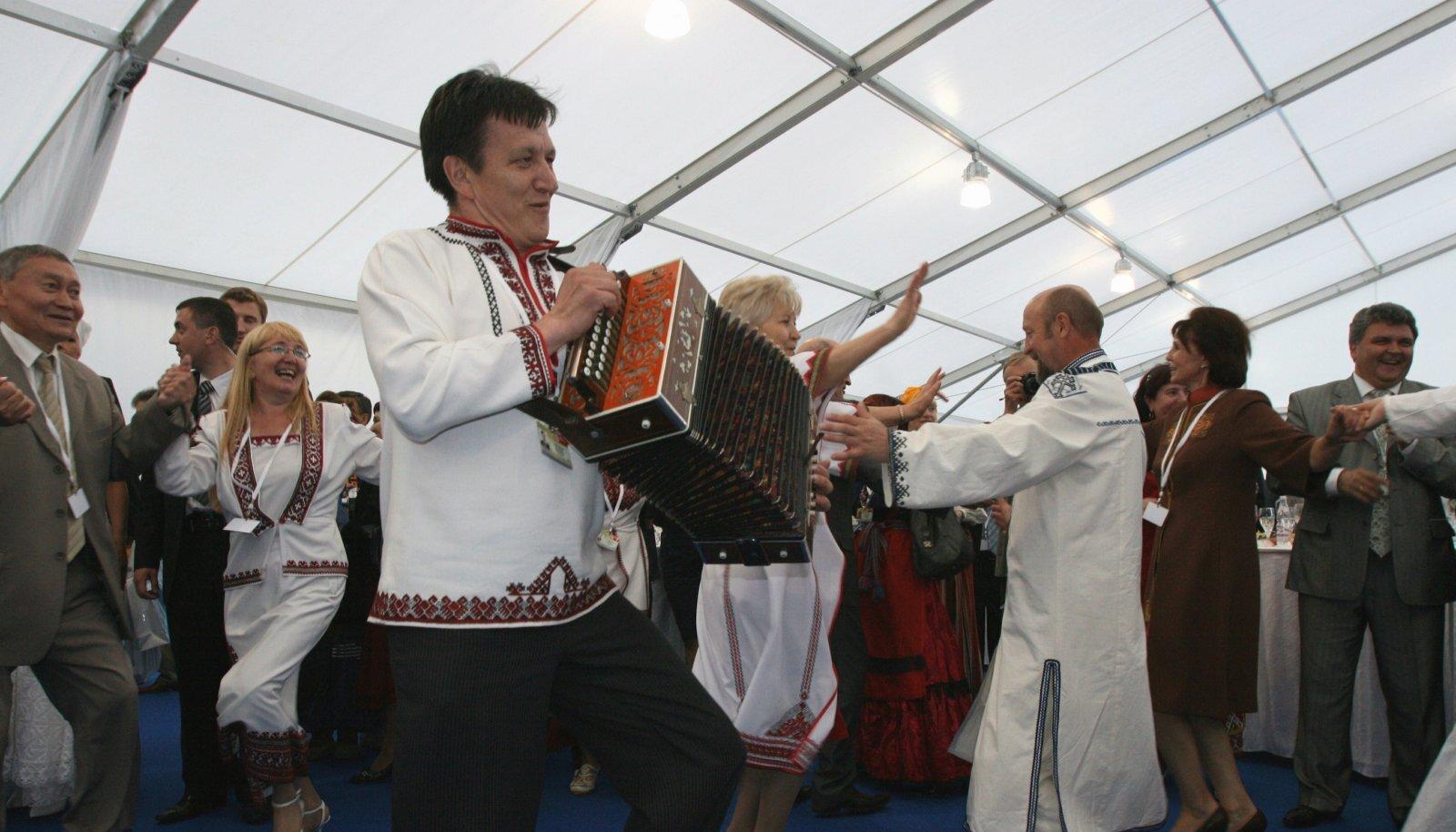 2012. aastal oli maailmakongress Hantõ-Mansiiskis, fotol hetk kohaliku kuberneri vastuvõtul lahti löödud tantsust.