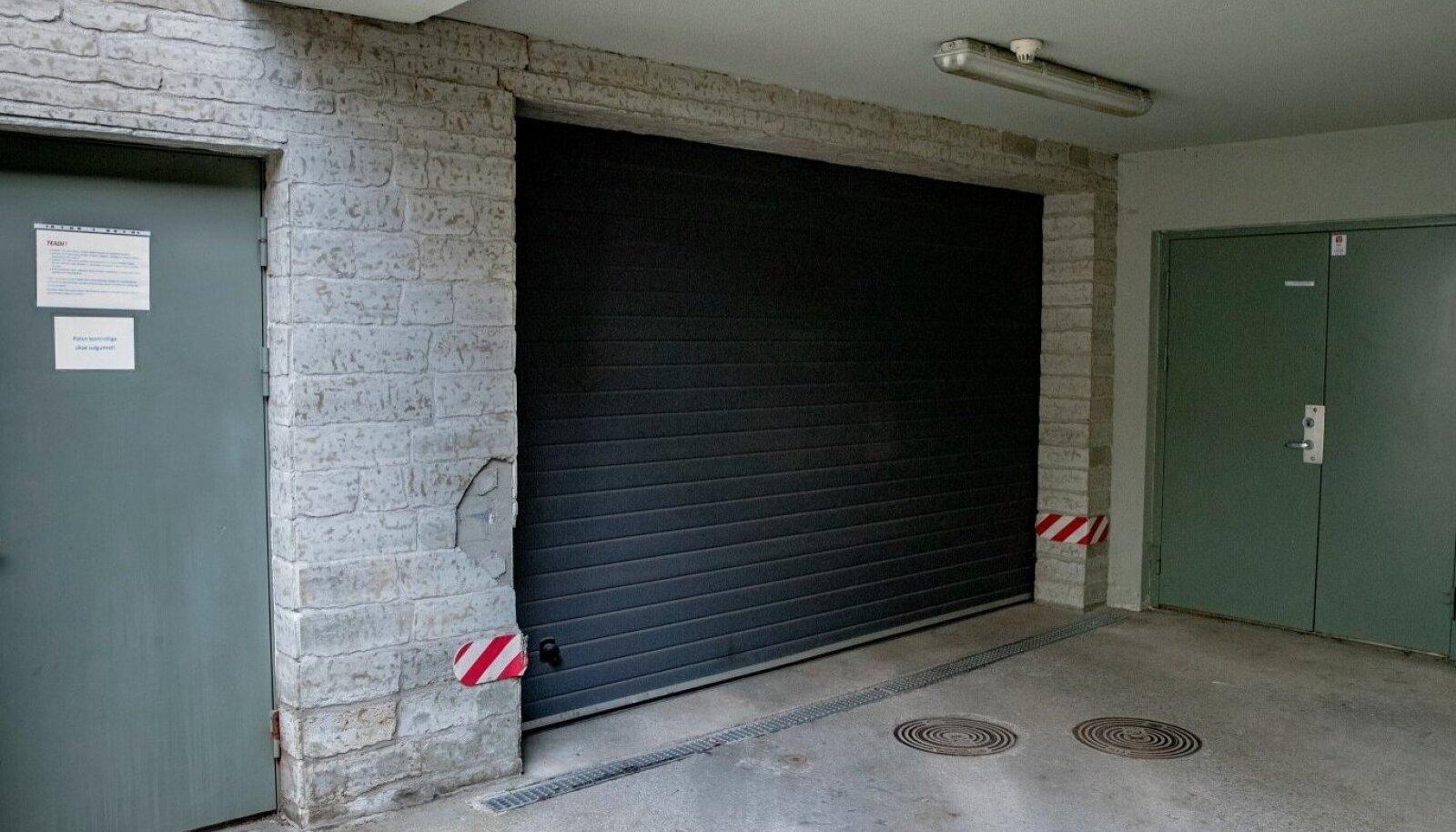RIKKIS JA OHTLIK: Kadrioru korterelamu garaažiuks, mis võttis nelja-aastase poisi elu.