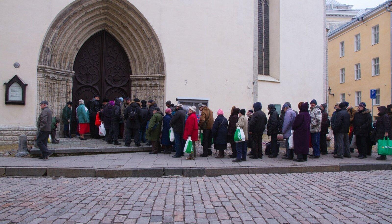 Vähekindlustatud rahvas teel Oleviste kiriku jumalateenistusele