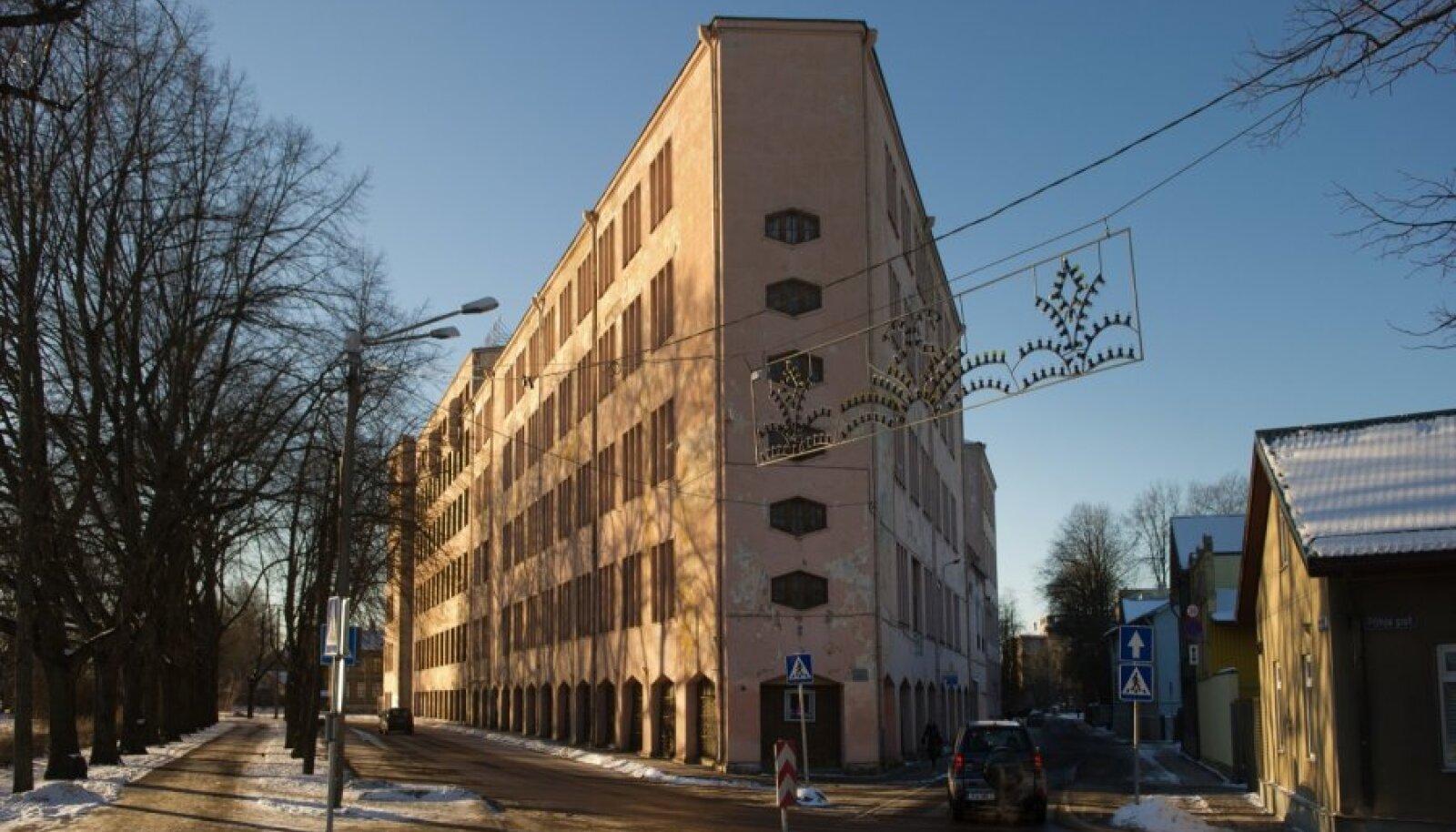 EKA uuel krundil asuv SUVA AS hoone, millega osaliselt integreeritult ehitatakse kokku ka EKA uus õppehoone