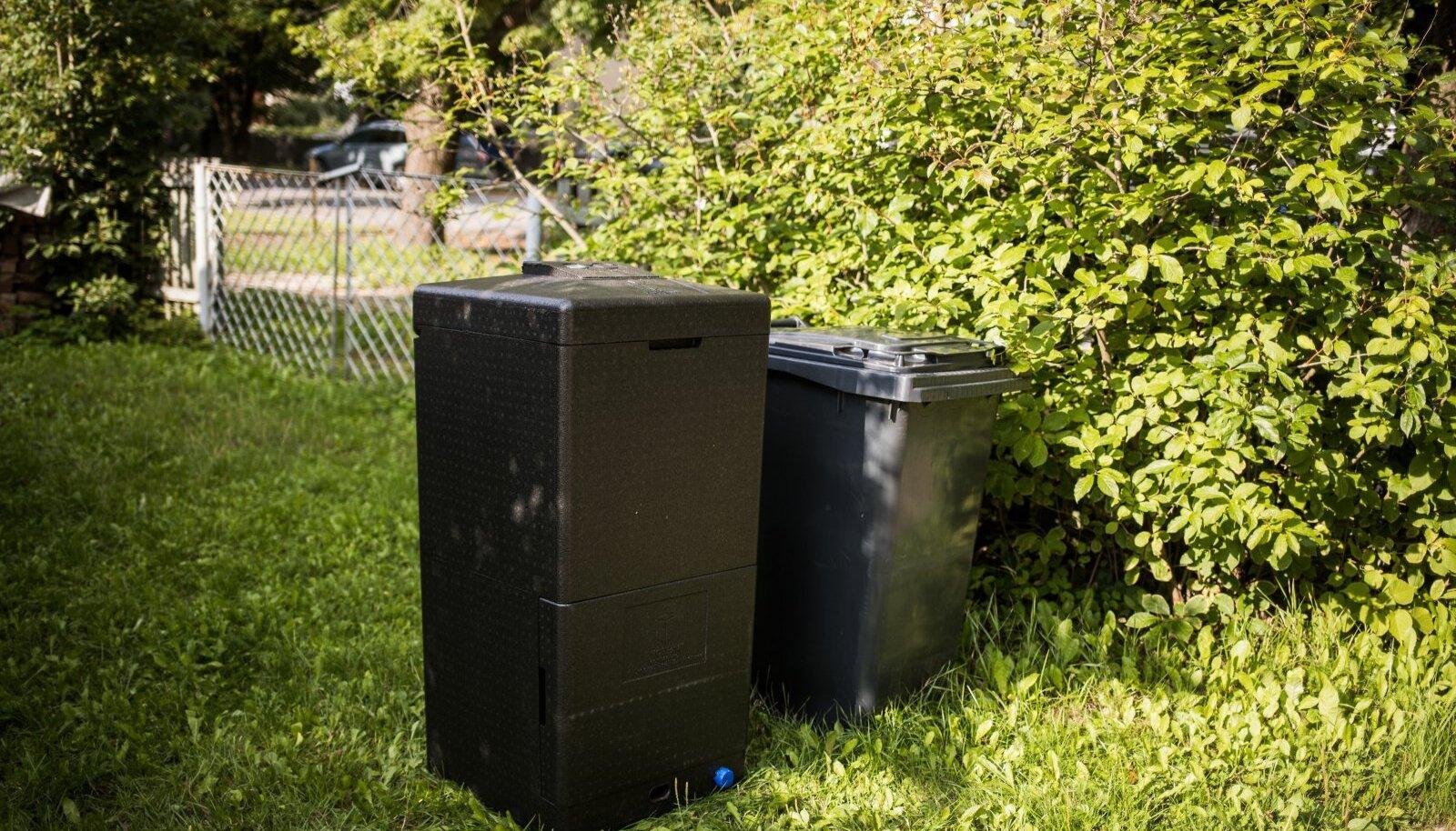 Vennalikult kõrvuti – kompostrisse lähevad biojäätmed ja kõrval olevasse kasti olmejäätmed.