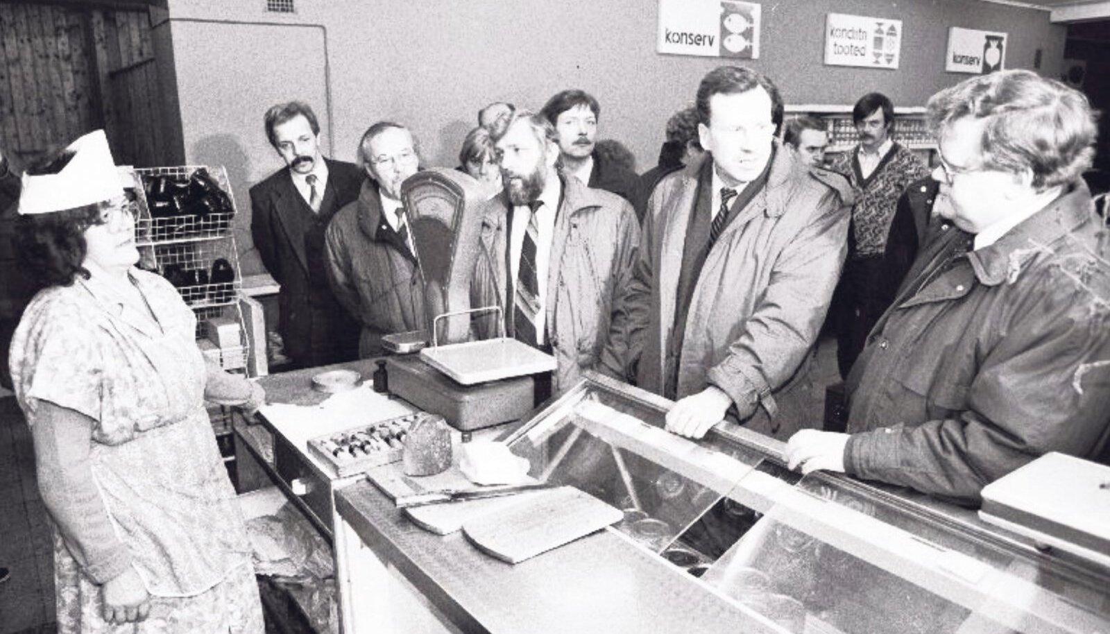 Peaminister Edgar Savisaar 1991. aasta märtsis Kabala kaupluses olukorraga tutvumas.