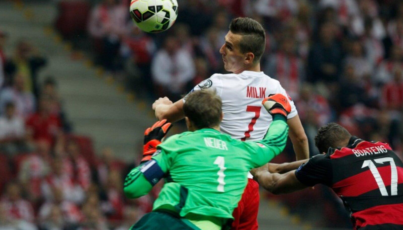 Arkadiusz Milik saadab võidupalli Manuel Neueri seljataha.