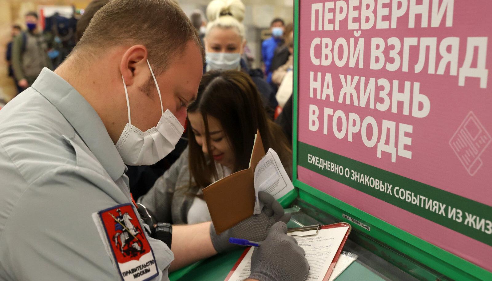 Moskva linnaametnik vormistab trahvi maskita metroos viibimise eest