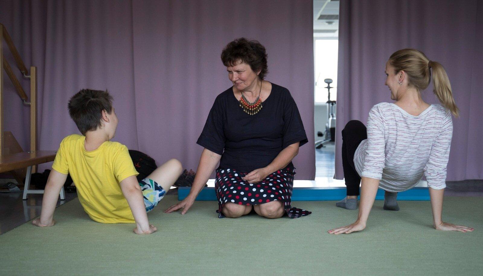 Dr Riina Kallaste (keskel) Adeli rehabilitatsioonikeskuse füsioteraapia seansil. Tema sõnul vajavad inimesed palju rohkem füsioteraapiat, kui riik praegu võimaldab.