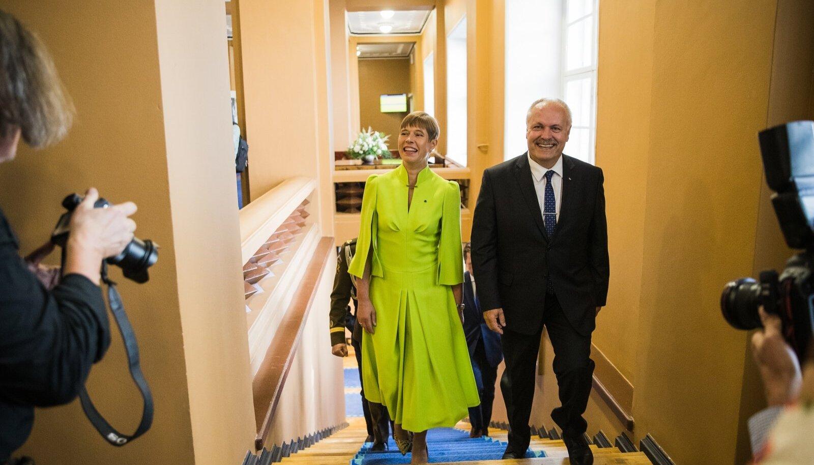 President Kaljulaid ja Henn Põlluaas sammusid riigikogu trepist üles, mõlemal lai naeratus näol. Mõned EKRE rahvasaadikud lahkusid küll Kaljulaidi kõne ajal saalist, aga paljud jäid siiski paigale.