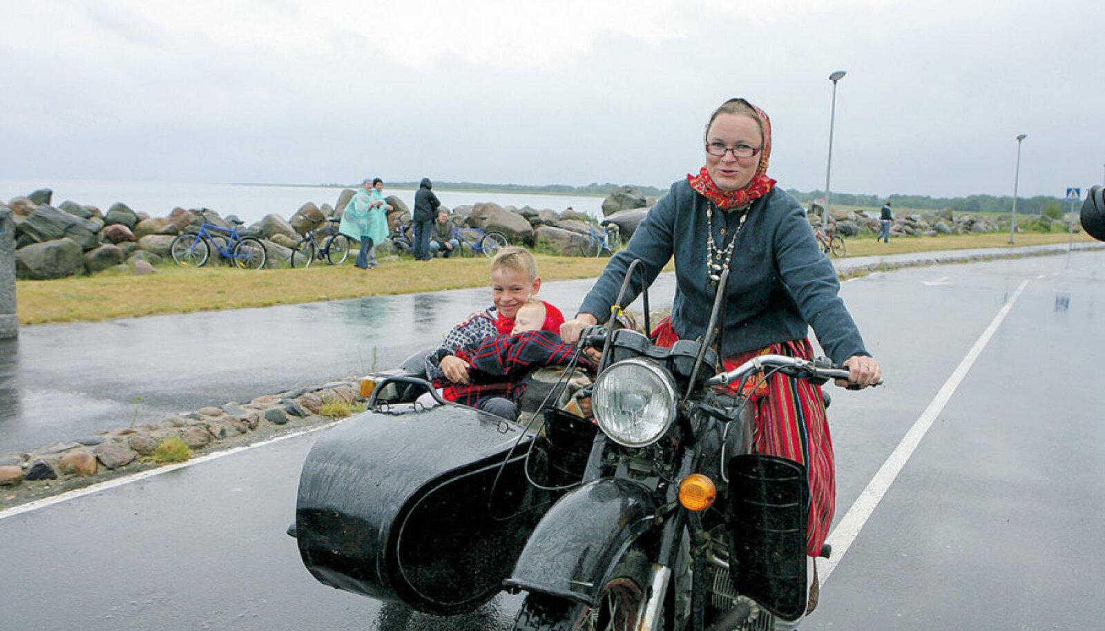 Kui president Ilves külastas 2008. aastal Kihnu saart, oli sadamas mootorrattaga vastas ka Mare Mätas. Pobleeme ei tekkinud, kuigi meedia kajastas visiiti põhjalikult.