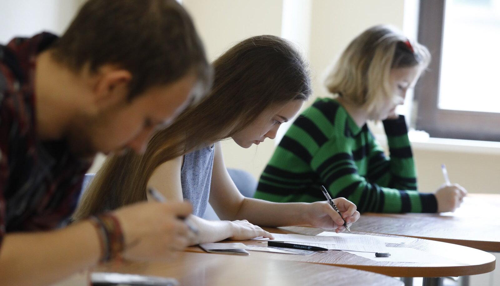 Абитуриенты сдают вступительные экзамены в Высшую школу экономики в Москве