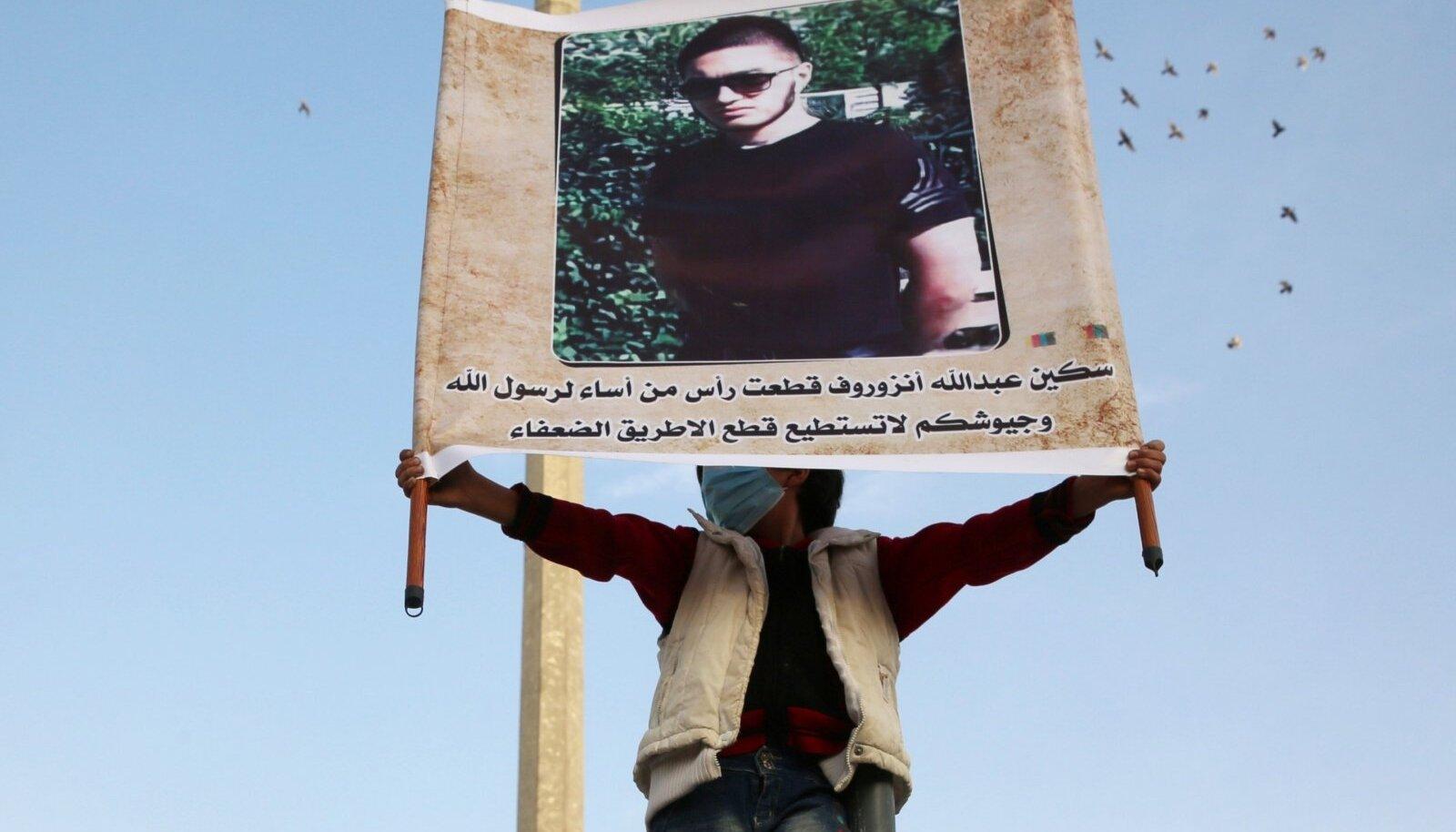 Mullu oktoobris avaldati Süürias mõrtsukale toetust. Plakatil on õpetaja tapja foto allkirjaga, mis kiidab teda prohvet Muhamedi hea nime kaitsmise eest.