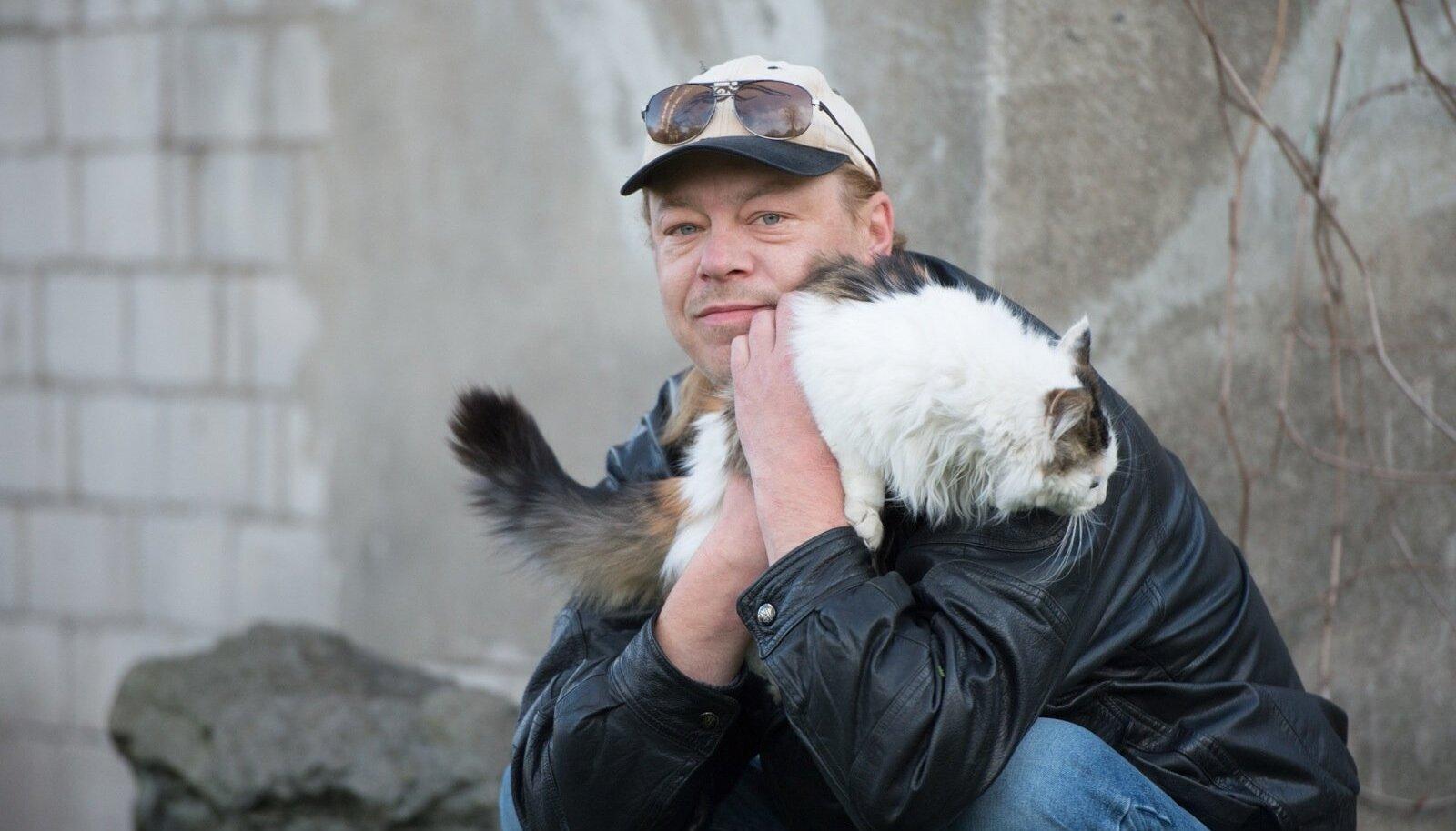 Janar Joala oma koduhoovis Lillekülas viievärvilise kassi Triinuga. Ema sõnul on Janar hella hingega inimene, kelle juurde jooksevad kõik lapsed ja loomad.