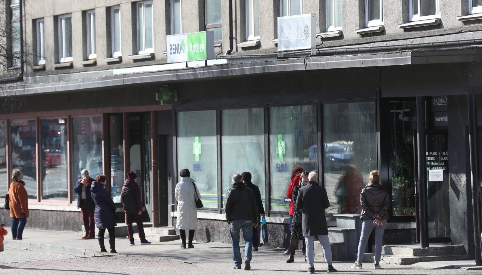 Saba ühe Tallinna apteegi ukse taga.