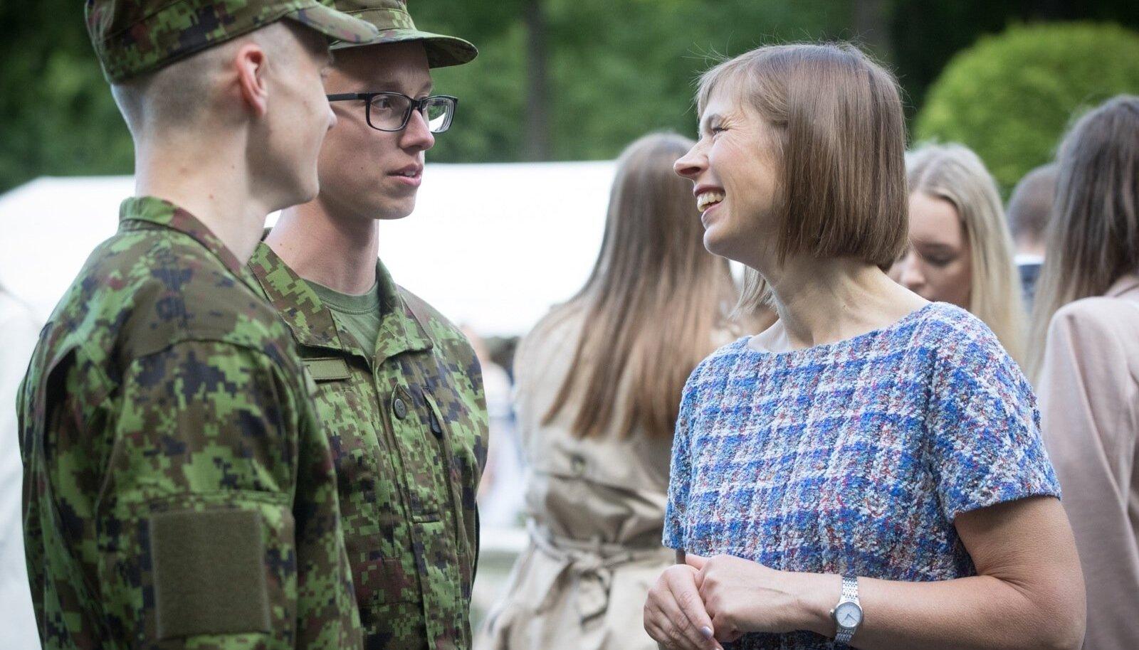 Kersti Kaljulaid võttis presidendi kantselei roosiaias traditsiooniliselt vastu parimad gümnaasiumi ja kutsekooli lõpetajad