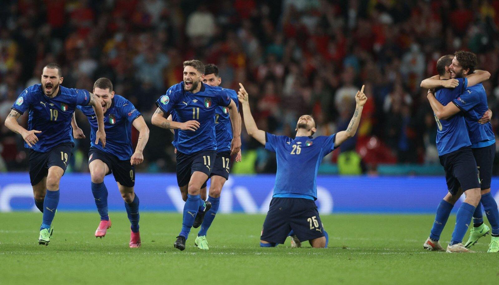 Itaalia koondis võitu tähistamas.