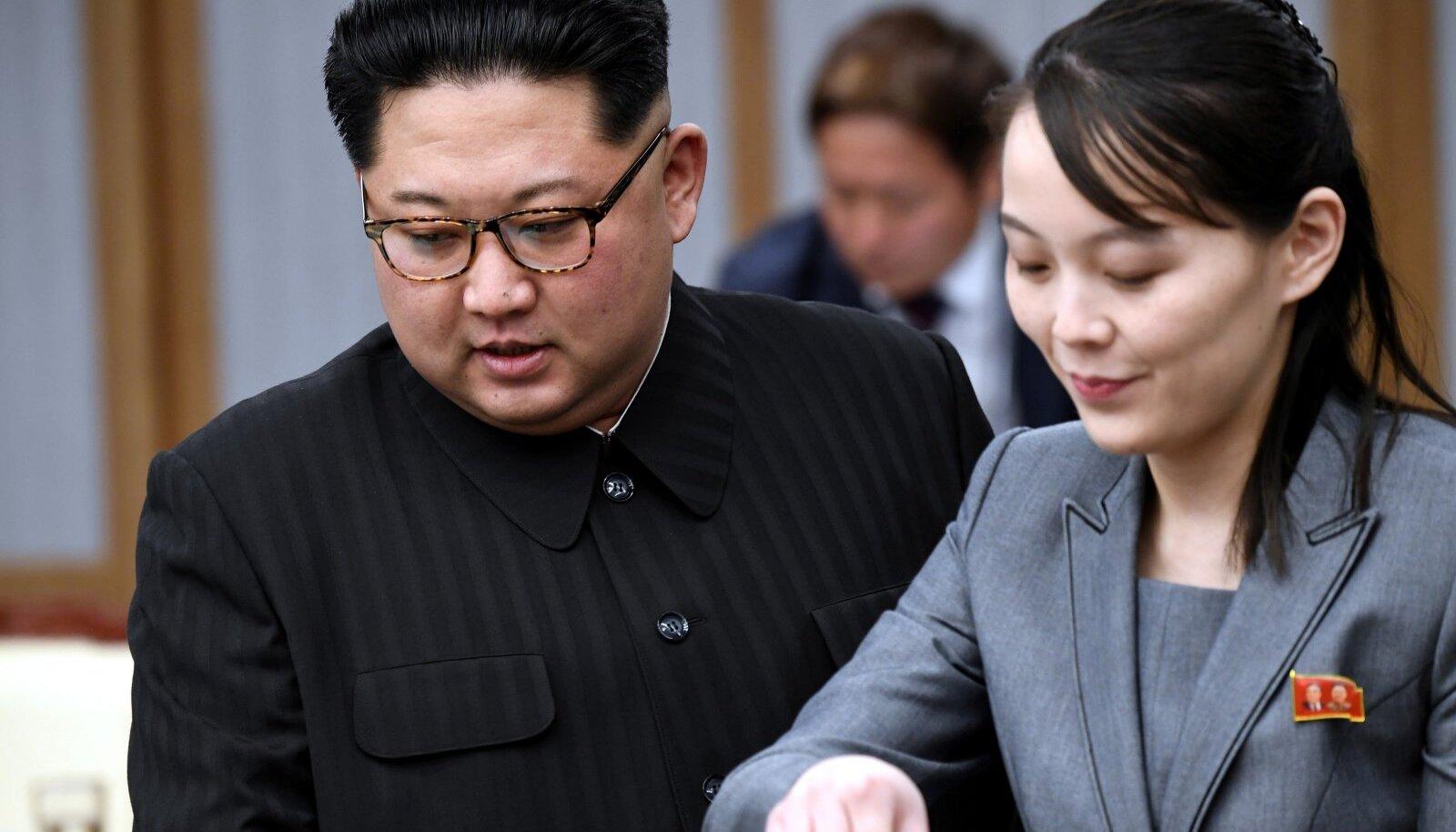 Levinud teooria järgi võiks pärast Kimi kadumist võimu üle võtta tema õde Kim Yo-jong (paremal).