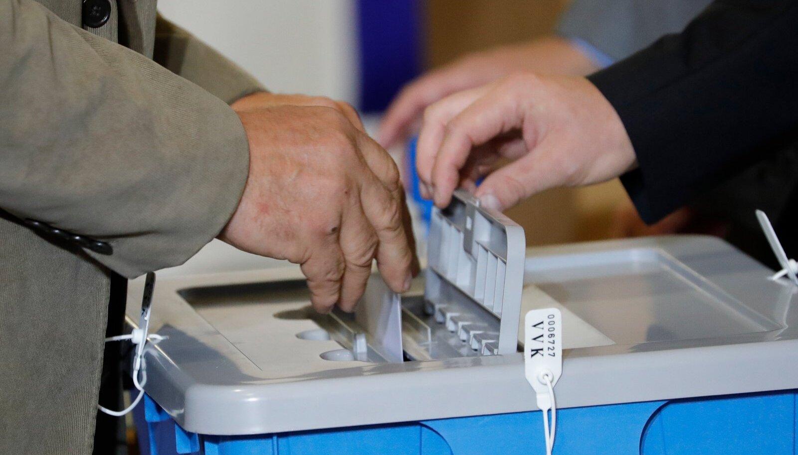 E-hääletamine on senise seisuga üle kahe korra populaarsem variant kui valimisjaoskonnas sedeli täitmine.