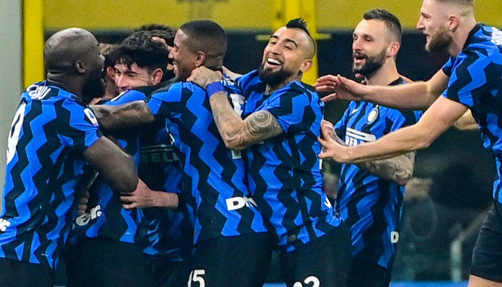 Milano Interi mängijad väravat tähistamas.