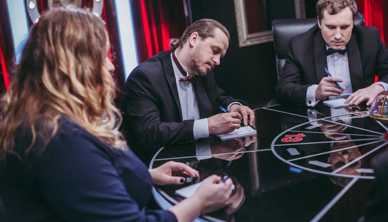 """Антон Хаманов (в центре) во время игры """"Что? Где? Когда?"""""""