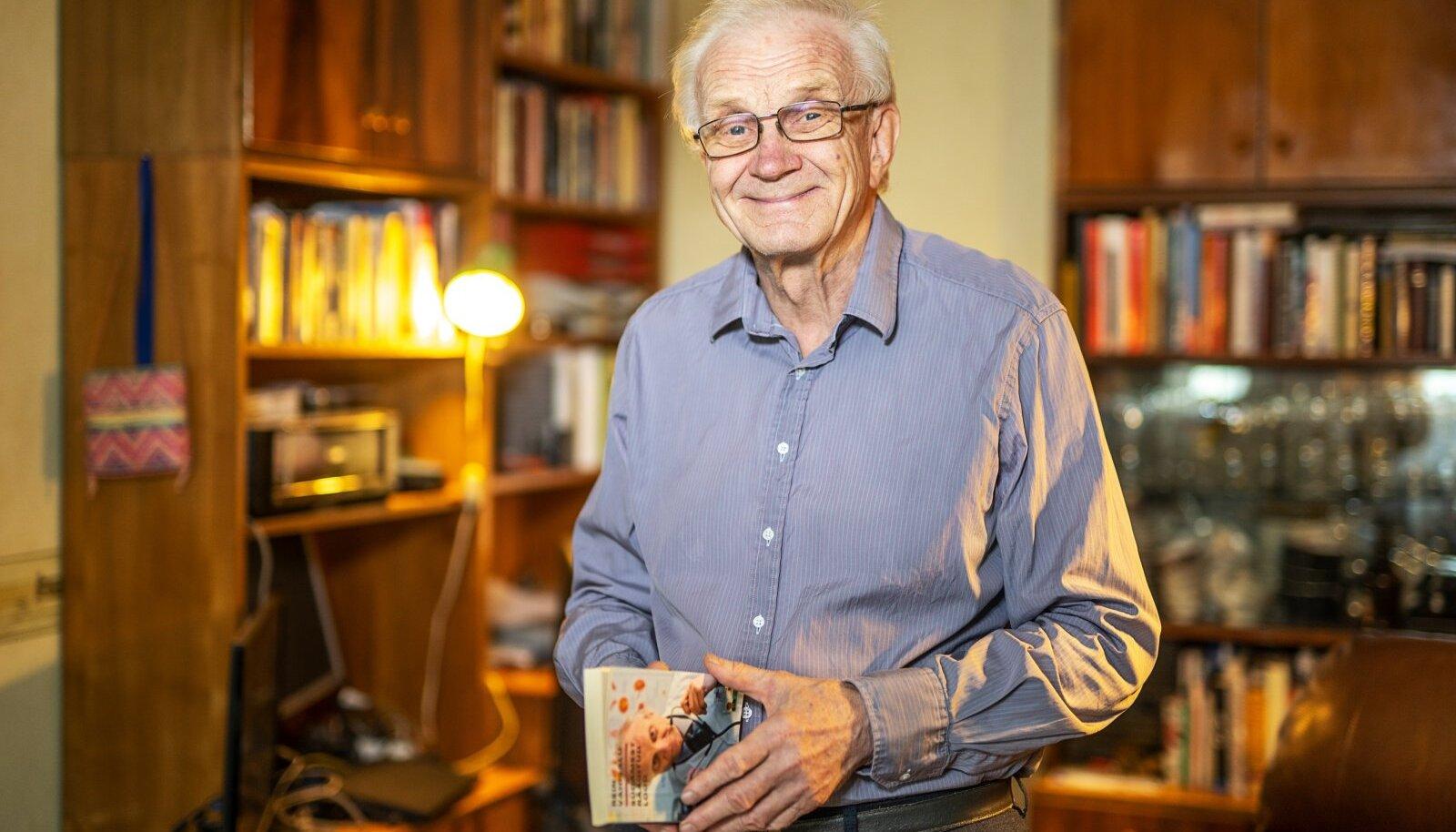 OMAS ELEMENDIS. Kirjandus on üks dr Vahisalu meelis-teemasid. Ta on avaldanud nii luuletusi kui ka novelle, spordi- ja reisiraamatuid.