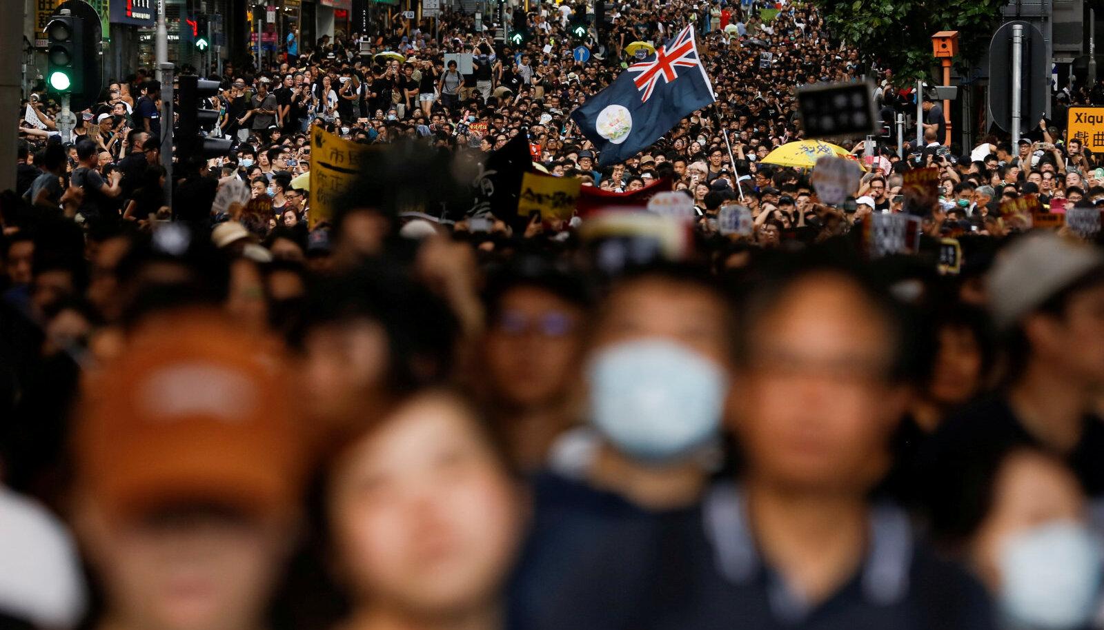 Endine kolloniaallipp on üks protestijate sümbolitest. Rongkäik Hong Kongis 7. juulil.