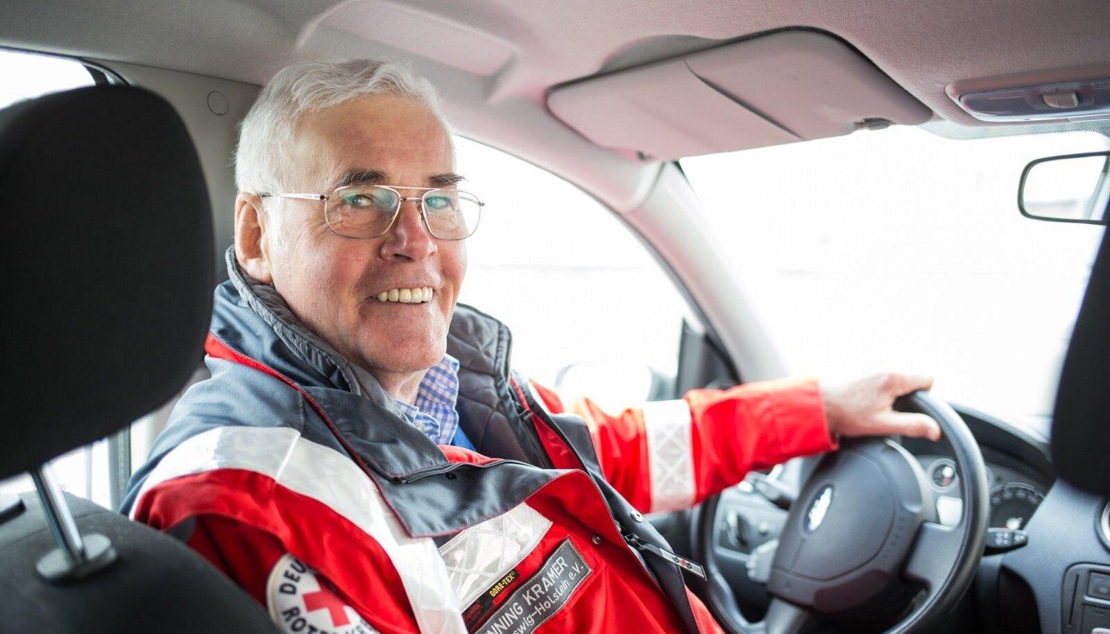 Saksamaa liidumaa Schleswig-Holsteini Punase Risti juht Henning Kramer käib mitu korda aastas Eestis, et siia humanitaarabi vedada. Viimase aasta jooksul on aga tema argipäev Saksamaal olnud seotud pagulaskeskustega.