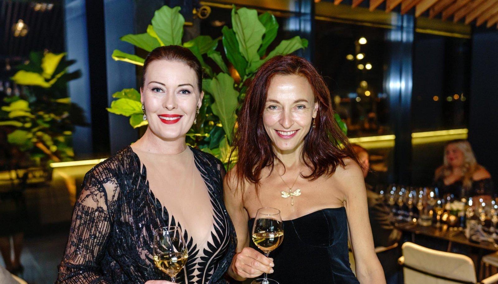SÜDAMESÕBRANNAD Näitleja Merle Palmiste ja stilist Merit Boeijkens. Merle oskab jumalate jooki väärtustada – ta käib veinikoolis ning jagas lauakaaslastelegi asjalikke teadmisi selles vallas.