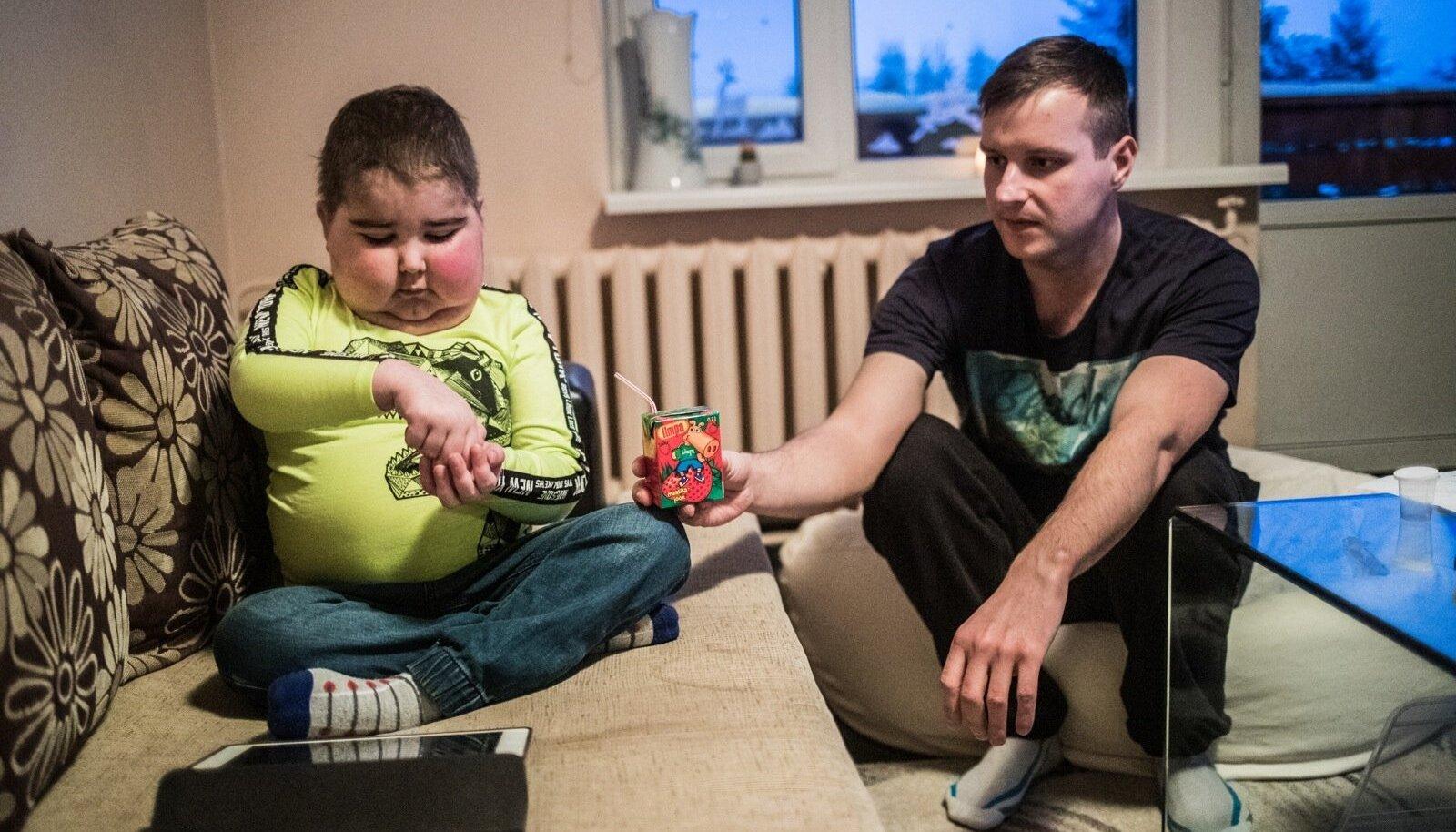 Indrek Oras ulatab oma pojale Ottomarile ravimeid. Neid tuleb tal võtta neli korda päevas. Veel saab ta hormoonravi, mis mõjutab kehakaalu.