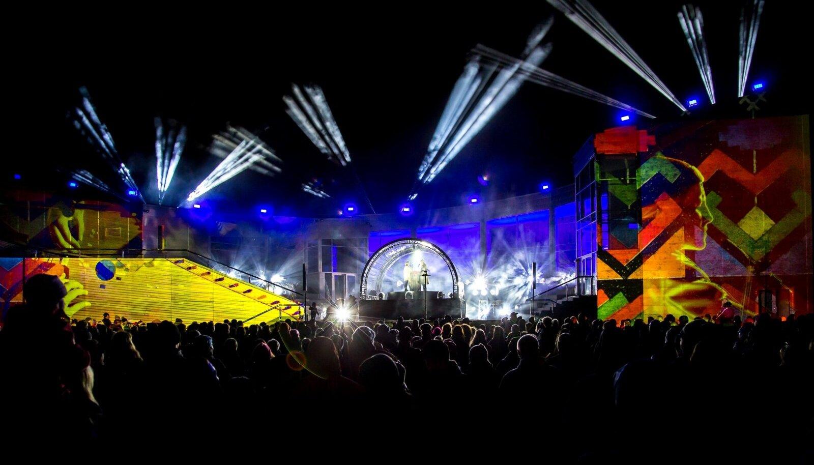 """Pärnus toimub valgusfestival """"Öövalgel"""". 6 erinevat etendust, mis on kombinatsioon videoprojektsioonist, etendustkunstist, tantsust, muusikast ja kuuldemängust."""