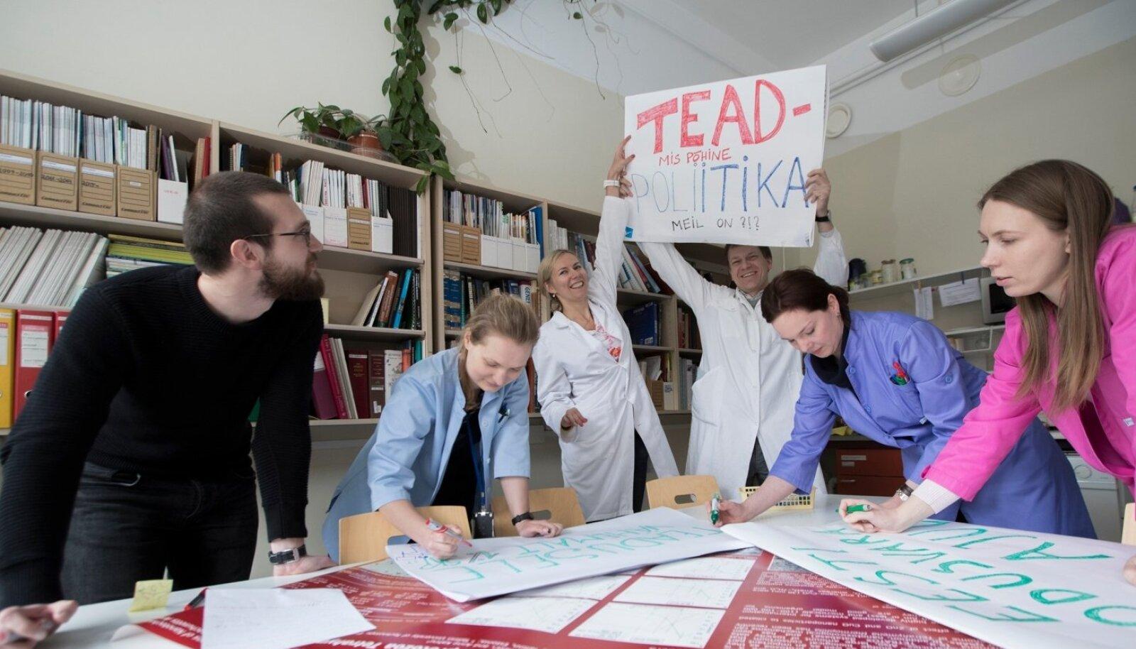 Teadusmarsiks valmistuvad Andi Hektor (keskel plakatiga) Anna-Liisa Kubo, Els Heinsalu, Marge Muna, Olesja Bondarenko, Krunoslav Ilić.