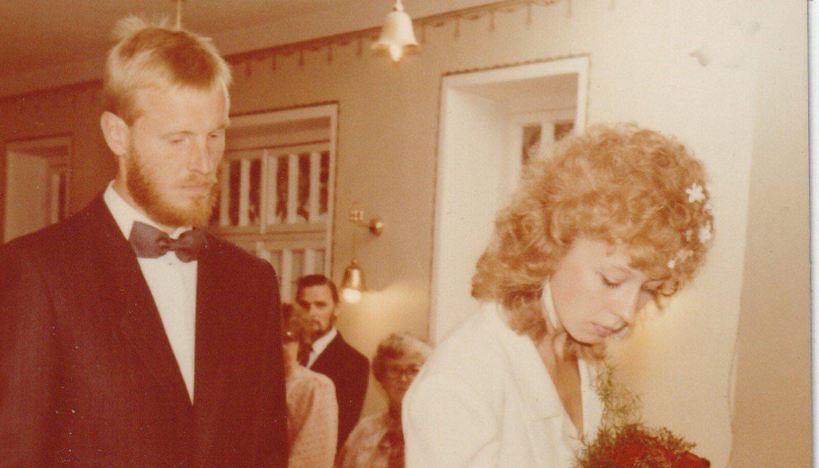 """Eva: """"Sellel päeval, kui minust sai Eva Luigas, kandsin ma Burda lõike järgi õmmeldud, plisseeritud detailidega valget kostüümi. 08.08.1987."""""""
