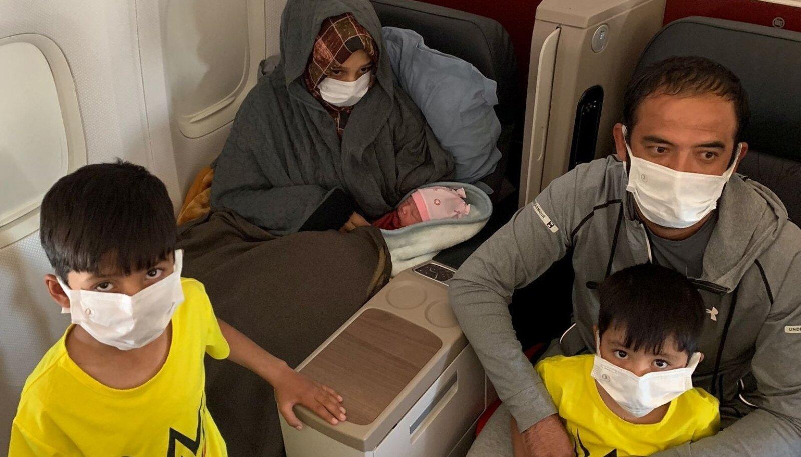 Soman Noori ning tema abikaasa Taj Moh Hammat koos poegade ja vastsündinud tütrega