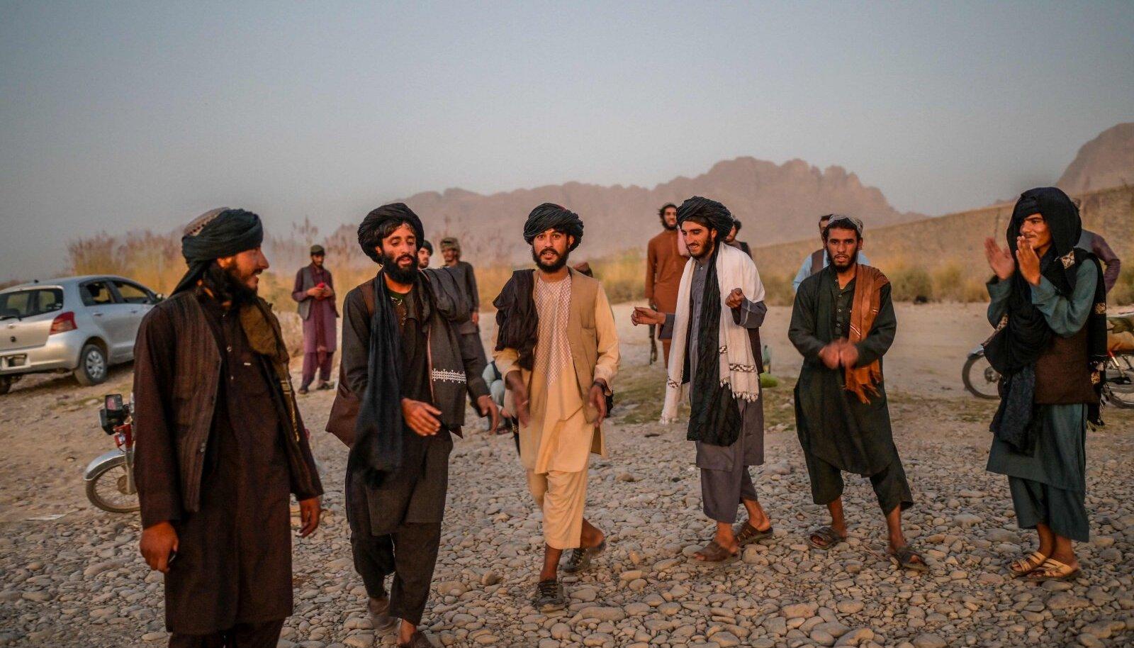 Talibani liikmed üleeile Kandahari jõe kaldal traditsioonilisel tantsul.