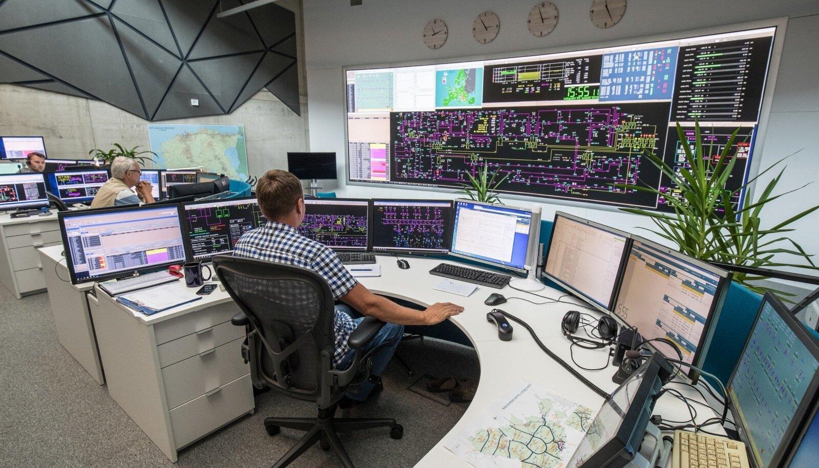 Eleringi juhtimiskeskuses jälgitakse katsetuse ajal, kas Eesti on võimeline toimima eraldi nn elektrisaarena, kus pole vahelduvvooluühendust Euroopa ega Venemaaga.
