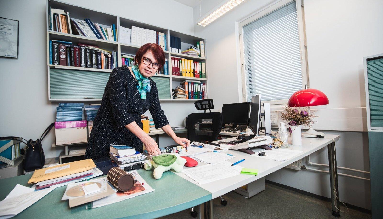 Tartu Ülikooli bio- ja siirdemeditsiini instituudi professor Irja Lutsar kohtub valitsust nõustava teadusnõukoja juhina kord nädalas kabinetinõupidamisel valitsusega, et edastada neile teadusnõukoja andmed ja soovitused.