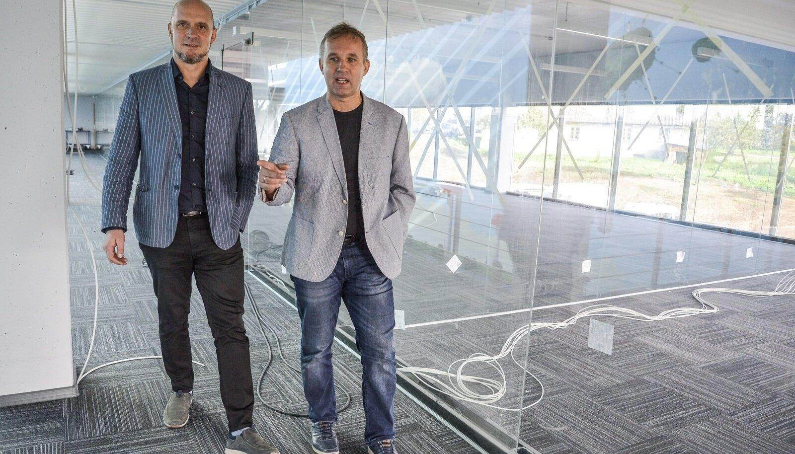 Peep Kuld ja Arno Kütt Cleveroni vastvalminud uutes kontoriruumides Viljandis.