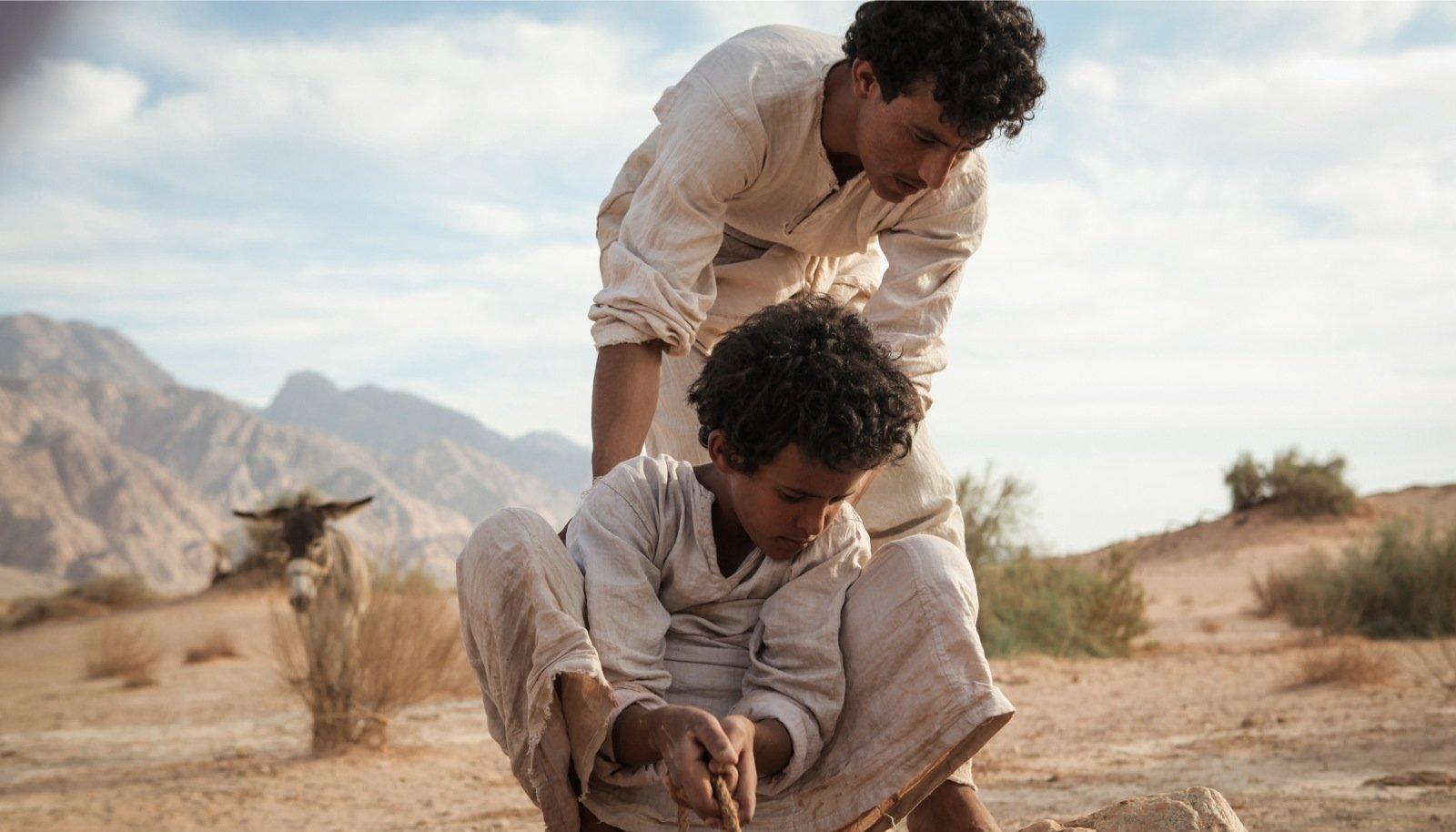 """""""Theeb"""" viib meid esimese maailmasõja aegsesse Jordaania kõrbe ja räägib beduiini poisist, kes aitab Briti sõdurit."""