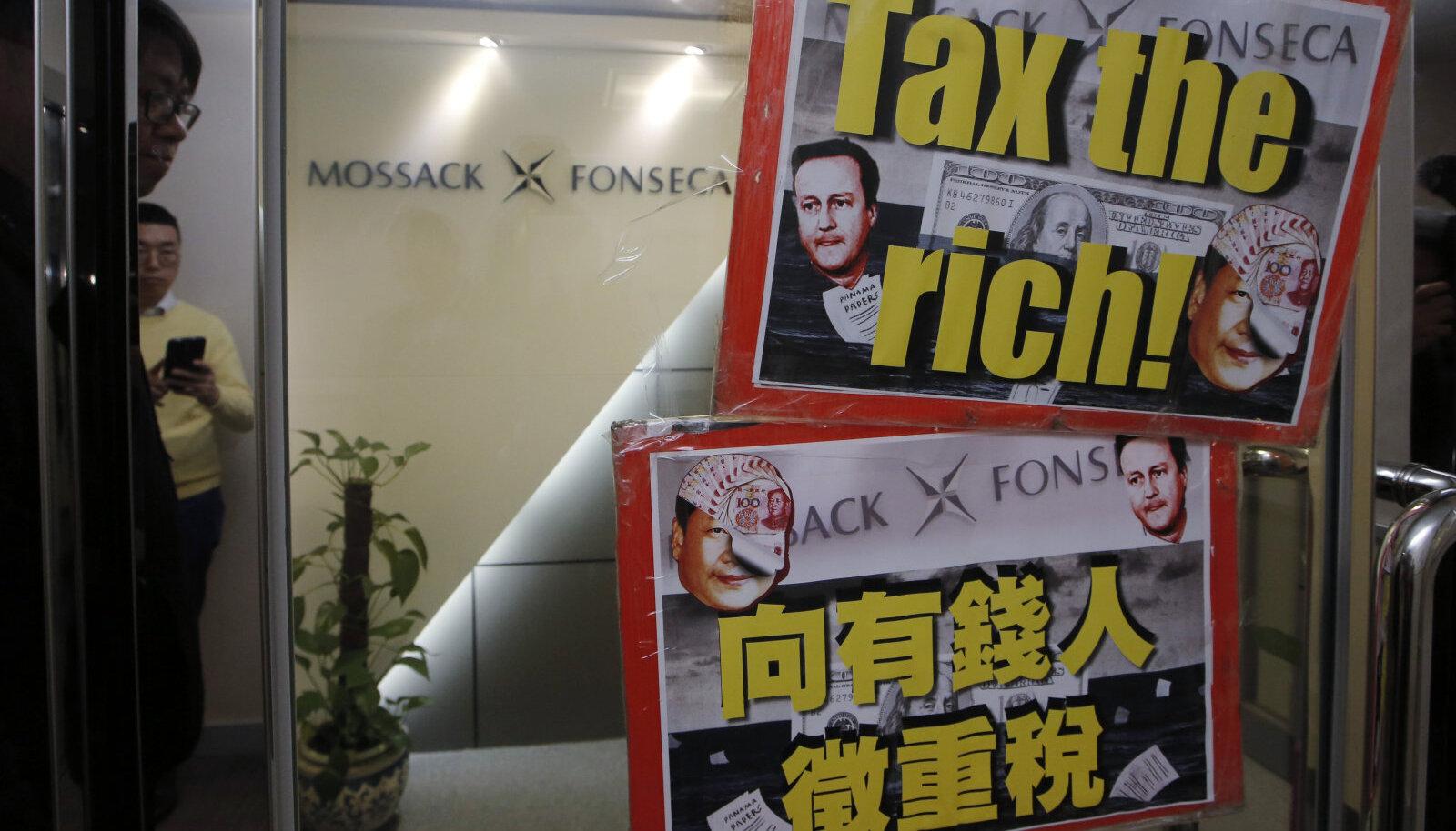 Meeleavaldajate kleebitud plakatid Mossack Fonseca kontori ees