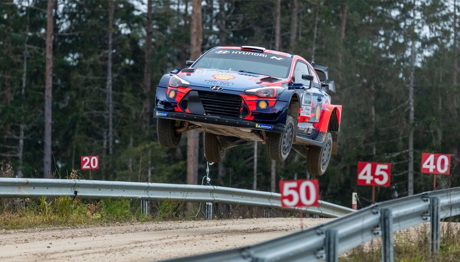 Ott Tänak ja Martin Järveoja sisenesid Kehala kompleksi võimsa hüppega.