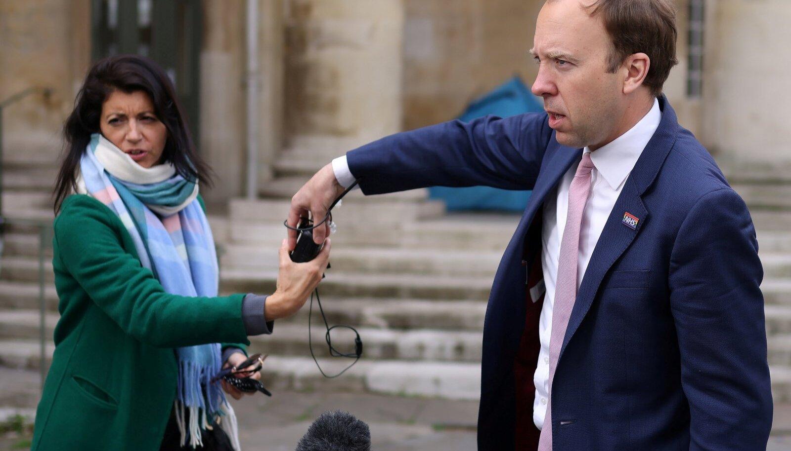 Nõuniku suudlemine maksis Matt Hancockile ministrikoha. Nüüd tahetakse muu hulgas teada, miks oli 2017. aastal ministri kabinetti üldse kaamera paigutatud.