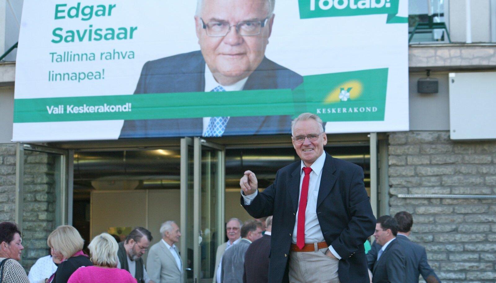 2013: Heimar Lenk Savisaare plakati ees, kohalike valimiste eel septembris.