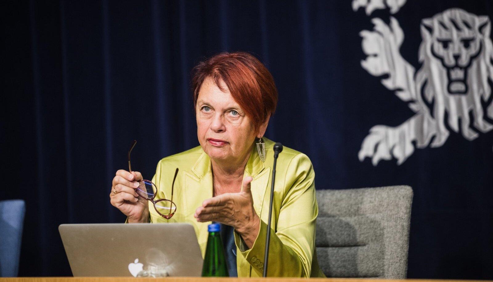 Irja Lutsar terviseameti pressikonverentsil.