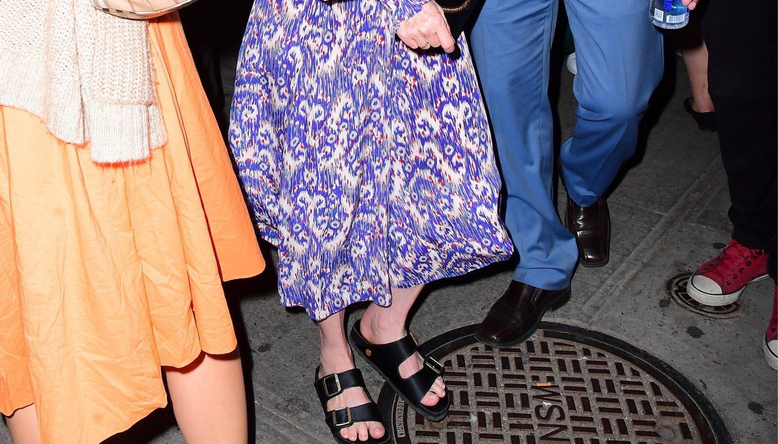 Julianne Moore'i (59) punase vaiba kontsadest treenitud jalad ilmselt tänavad filmidiiva armastust Birkenstocki sandaalide vastu.