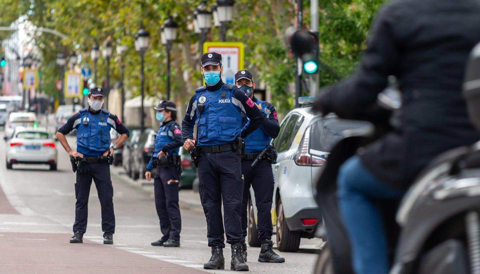 Politsei jälgib reedel Madridis kehtestatud liikumispiirangutest kinni pidamist.